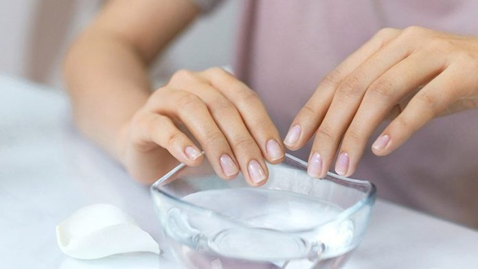 Use of Acetone & Warm Water to Remove Acrylic Nails